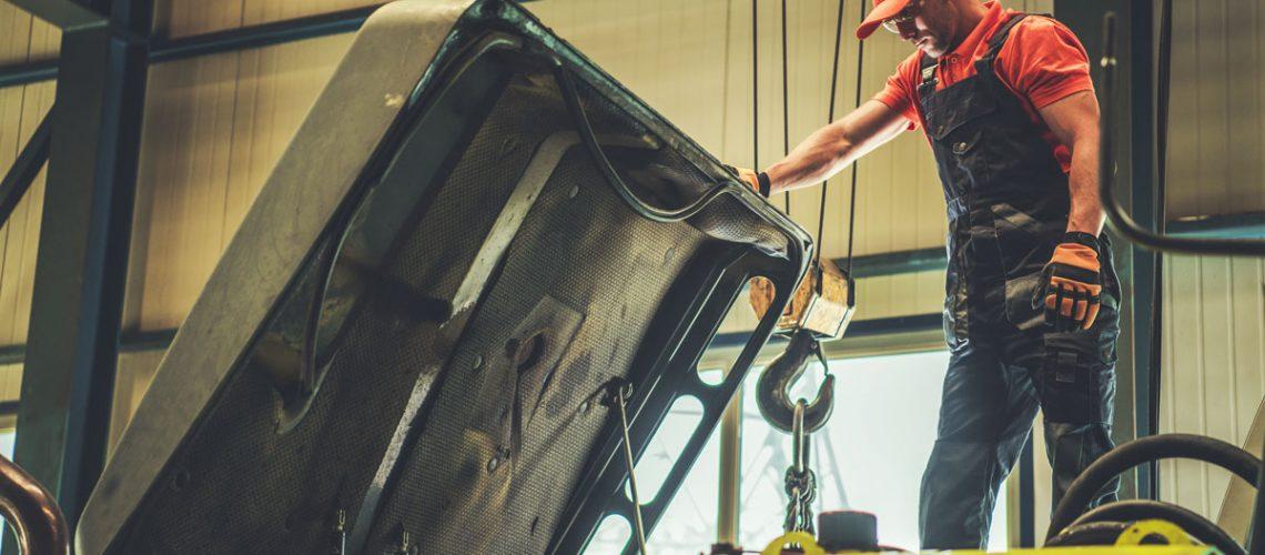 mechanic-repairing-excavator-HMZSK9A